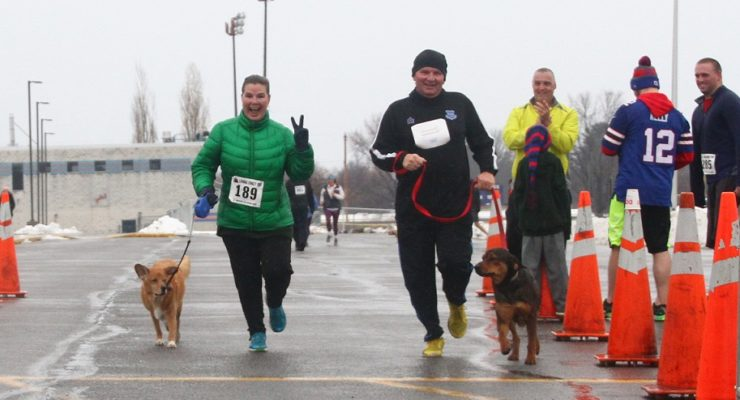 Livonia Turkey Trotters Brave Rain to Donate Food on Thanksgiving